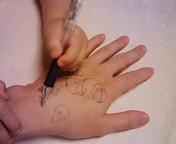 手に落書き